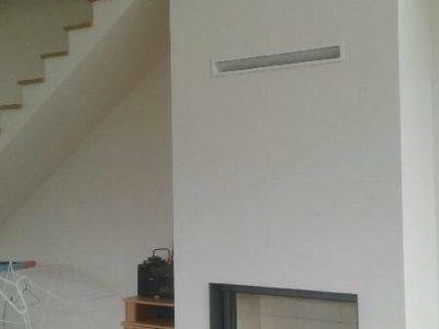 Installation d'un insert au bois Stuv 21105SF sous un escalier